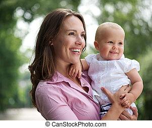 mooi, schattig, moeder, vasthouden, buitenshuis, baby