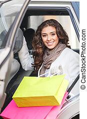mooi, shoppen , addict., mooi, jonge vrouwen, zittende , op de rug, zetel, van, de, auto, en, vasthouden, de, het winkelen zakken