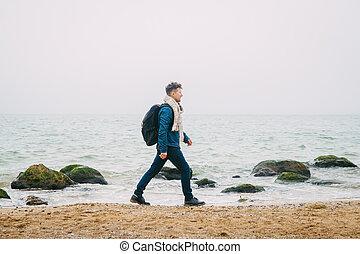 mooi, staand, ongeveer, verticaal, jongen, golven, schooltas, rots, tegen, oceaan, prachtig, het poseren, kalm, zee, gedurende, modieus, reiziger, hipster, world., reis