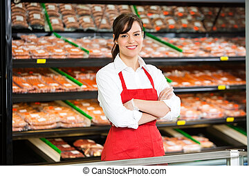mooi, staand, verkoopster, winkel, armen, slager, gekruiste