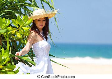 mooi, staand, vrouw, boompje, jonge, achtergrond, het glimlachen, strand, exotische