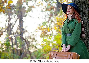 mooi, staand, vrouw, boompje, jonge, prachtig, bos, achtergrond