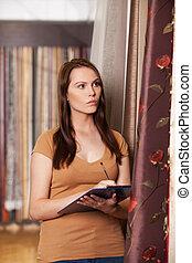 mooi, staand, vrouw het schrijven, het kijken, weefsel, aantrekkelijk, store., meisje, data