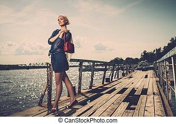 mooi, staand, vrouw, oud, rails, zak, sjaal, blonde , modieus, witte , pijler, rood