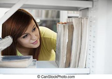 mooi, student, het selecteren, boek, in, bibliotheek