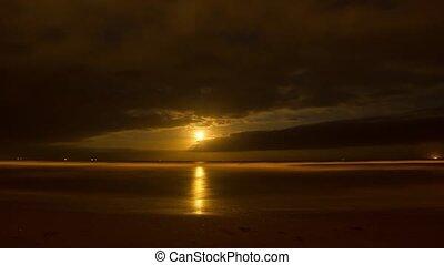 mooi, timelapse, van, de maan, opstand, op, de, zee, op de avond, met, zijn, mooi, weerspiegelingen