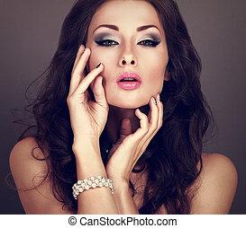 mooi, toned, hairstyle, avond, krullend, parel, kleur, bangle, makeup, grijze , lang, het kijken, achtergrond., helder, vrouw, closeup, sexy, verticaal