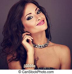 mooi, toned, hairstyle, avond, krullend, vrouw, bangle, makeup, lang, het kijken, parel, helder, mode, closeup, necklace., verticaal, vrolijke