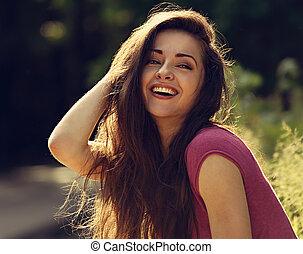 mooi, toothy, lachen, het genieten van, jonge vrouw , het kijken, met, lang, helder, haar, op, natuur, helder, zonnig, zomer, achtergrond., closeup, verticaal