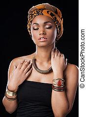 mooi, vervelend, het behouden, vrouw, gesloten ogen, tegen, staand, terwijl, zwarte achtergrond, afrikaan, headscarf, style.