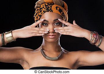 mooi, vervelend, vrouw, afrikaan, koningin, tegen, staand, het kijken, terwijl, fototoestel, zwarte achtergrond, afrika., headscarf