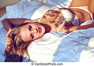 mooi, vervelend, vrouw, mode, het liggen, jonge, bed, morgen, erotische , lingerie, volwassene, blonde , verticaal, sexy, model, witte , zonopkomst