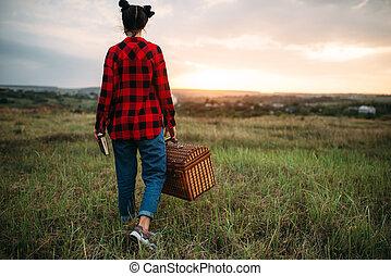 mooi, vrouw, met, mand, picknick, in, zomer, akker