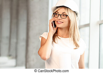 mooi, vrouwlijk, architect, het spreken op de telefoon