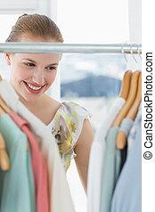 mooi, vrouwlijk, klant, het selecteren, kleren, op, winkel