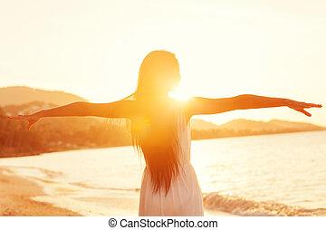mooi, wandelende, concept, vrijheid, meisje, strand, ondergaande zon