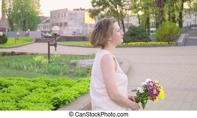 mooi, wandelende, vrouw, park