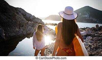 mooi, wandelende, zet op het strand vakantie, het genieten van, vrienden, vrouwen