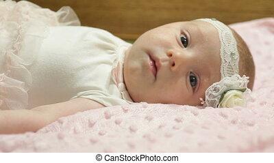 mooi, weinig; niet zo(veel), bed, baby meisje, het liggen