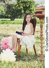 mooi, weinig; niet zo(veel), hun, boek, holdingshanden, meisje
