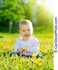 mooi, weinig; niet zo(veel), weide, natuur, zittende , park, gele, paardebloemen, groene, baby meisje, bloemen, vrolijke