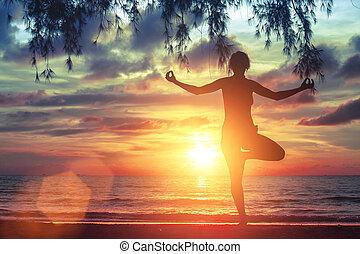mooi, yoga, jonge, oceaan, verbazend, beoefenen, meisje, strand, sunset.
