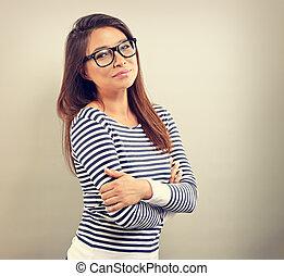 mooi, zakelijk, positief, vrouw, in, bril, het kijken, met, denken, blik, op, lege ruimte, achtergrond., ouderwetse , verticaal