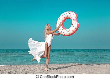 mooi, zomer, strand., beauty, donut, vacation., wellness, inflatable, vlotter, model, swimwear, matras, gezonde , witte , springt, blonde, concept.