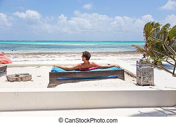 mooi, zomer, strand., ontspannen, vakanties, man, lounger, het genieten van, luxe