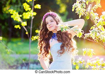 mooi, zomer, vrouw, jonge, zonlicht, park., backlit