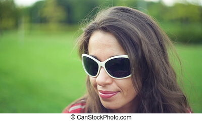 mooi, zomer, vrouw, zonnebrillen, park