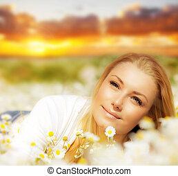 mooie vrouw, akker, bloem, ondergaande zon , het genieten van