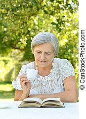 mooie vrouw, bejaarden