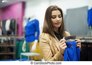 mooie vrouw, controleren, label, in, een, boutique