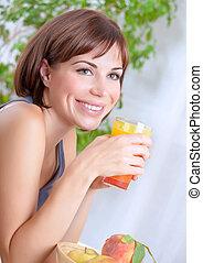mooie vrouw, drinkend sap