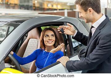 mooie vrouw, geven, auto, jonge, drive., gereed, klee, test, verkoper, mooi