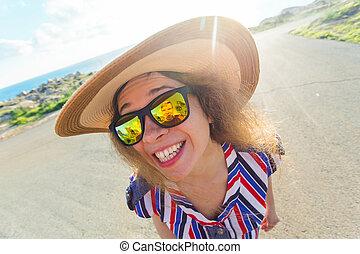 mooie vrouw, grit, modieus, op, jonge, model., vrouwlijk, afsluiten, zonnebrillen, het glimlachen, outdoors.