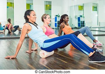mooie vrouw, groep, passen, workout, schuim, het uitoefenen, gedurende, stand, rol