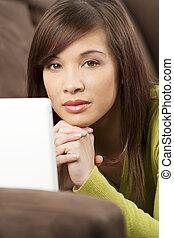 mooie vrouw, haar, chinees, settee, sofa, draagbare computer, het leggen, jonge, dons, oosters, aziaat, gebruik, witte , of