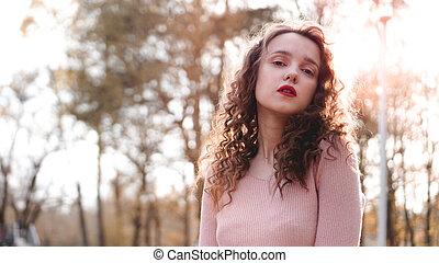 mooie vrouw, haar, jonge, achter, closeup, ondergaande zon