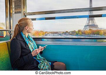 mooie vrouw, haar, parijzenaar, beweeglijk, jonge, telefoon, trein, ondergronds, gebruik, het reizen