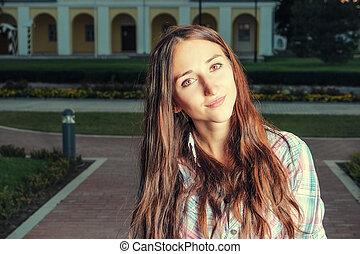 mooie vrouw, haar, park, jonge, achter, closeup, ondergaande zon