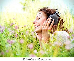 mooie vrouw, headphones, jonge, muziek, outdoors., het genieten van