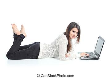 mooie vrouw, het liggen, met, een, draagbare computer