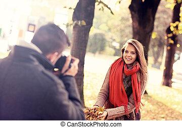mooie vrouw, het poseren, naar de camera, in het park