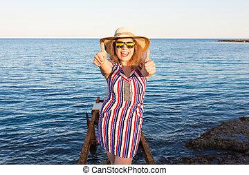 mooie vrouw, het tonen, op, jonge, duimen, strand