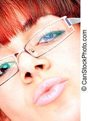 mooie vrouw, het voeren bril