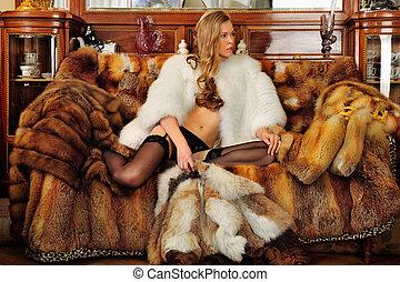 mooie vrouw, in, pelsjas, in, een, luxueus, klassiek,...