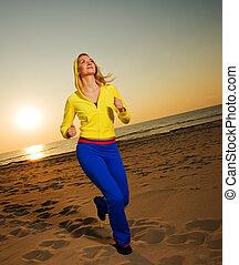 mooie vrouw, jonge, rennende , zonsondergang strand