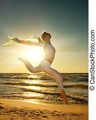 mooie vrouw, jonge, springt, zonsondergang strand